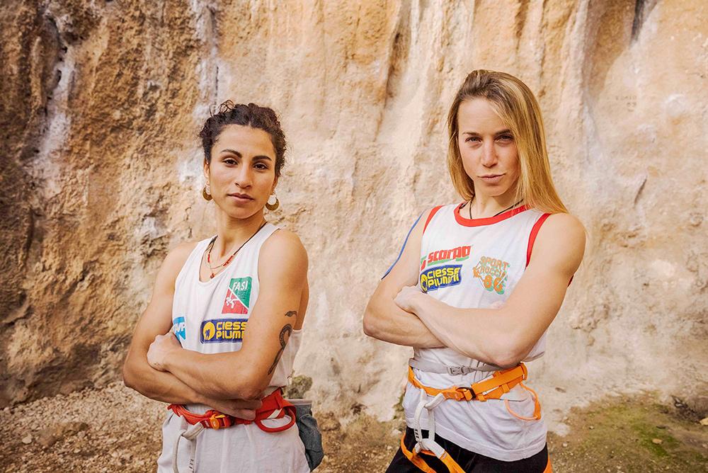 Wafaa Amer e Federica Mingolla con le canotte di Sport Roccia '86 (Bardonecchia) alla falesia il Gabbio © Klaus dell'Orto / Petzl Distribution