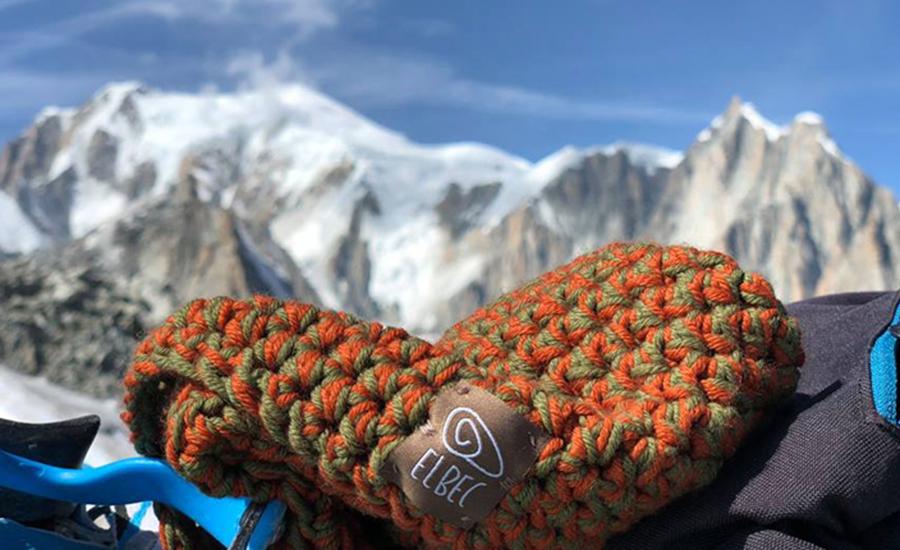 Un berretto Elbec in lana merinos realizzato a mano in Val Pettorina © Ezio Marlier